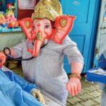 डॉक्टर बने गणेश : PPE किट पहन,कर रहे मरीजों का इलाज, मदद के लिए पास खड़े हैं टूल्स ट्रे लेकर मूषकराज